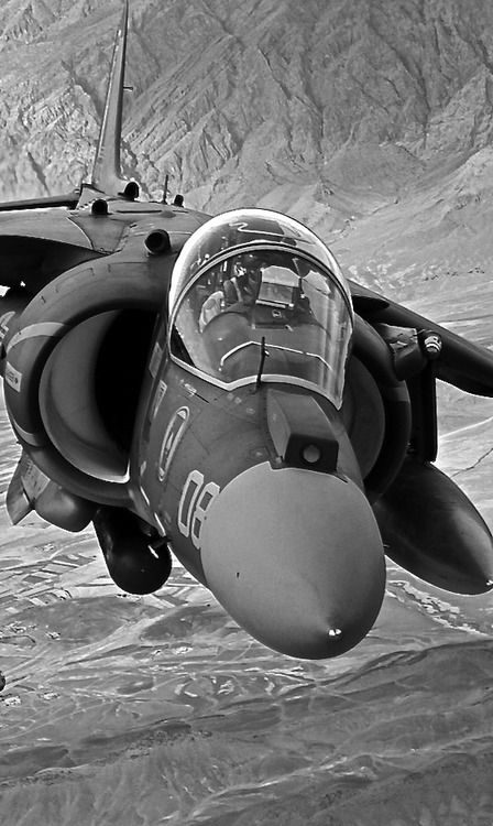 Harrier Hawker Siddeley is a landing hunting and vertical takeoff, developed in England during the 1950s and 1960s, whose aim was to defend the British territory in the event of a nuclear attack that destroyed their airfields .