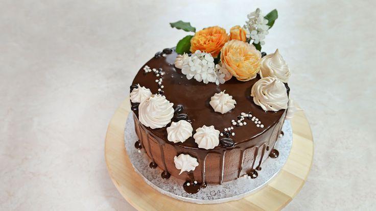 Drip cake z gorzkiej czekolady z kremem o smaku solonego karmelu i kawowymi bezikami.
