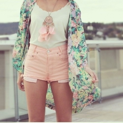 Love the light peach high waisted shorts with the floral kimono & the dream catcher necklace
