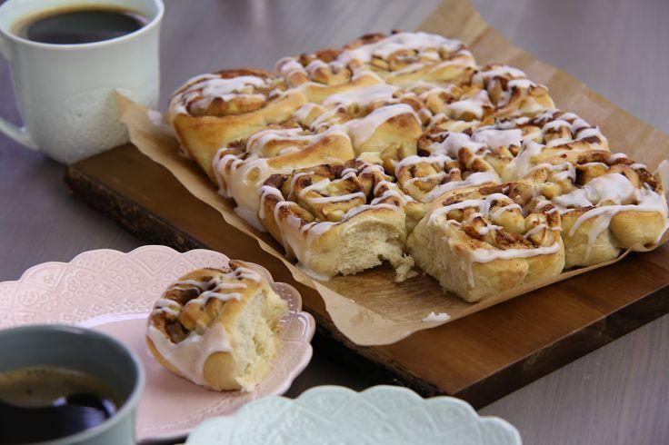 Den här ljuvliga butterkakan är fylld med äpplen, smör och kanel, det blir en härlig fika om du bakar detta.