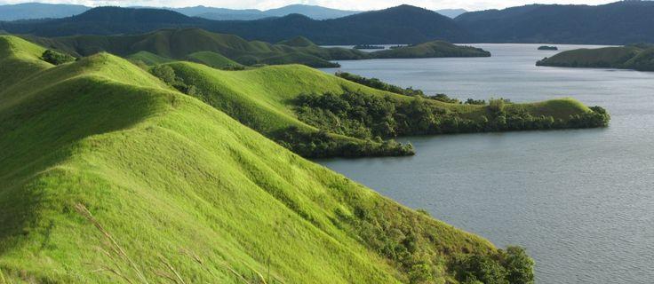 "Danau Sentani terletak di lereng pegunungan cagar alam Cycloops, pada ketinggian 75 mdpl. Jaraknya sekitar 50 km dari Jayapura. Sentani artinya ""di sini kami tinggal dengan damai"". Danau Sentani merupakan danau yang terbesar di Papua. Danau Sentani ini dihiasi dengan 21 buah pulau kecil. Kawasan Danau Sentani ini juga memiliki keanekaragaman biota laut dan hewan endemik Papua http://kemanaajaboleeh.com/2015/01/destinasi-danau-terbaik-di-indonesia-yang-lebih-keren-dari-luar-negeri/"