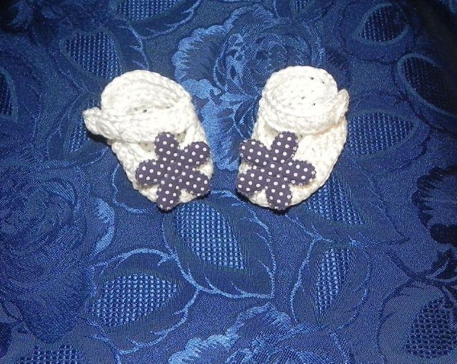 Scarpette bianche con fiore blu a pois