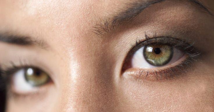 Alívio para olhos inchados e vermelhos. Poluentes, alergias, maquiagem ou condições mais graves, como conjuntivite, podem causar vermelhidão e inchaço nos olhos. Muitas vezes, você pode obter alívio desses sintomas com remédios caseiros ou os que são vendidos sem necessidade de receita. Se o inchaço persistir por mais de uma semana, a sua condição piorar ou seus olhos ficarem doloridos, ...