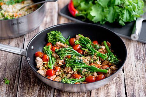 Broileri-kasvispannu ja paistettua riisiä
