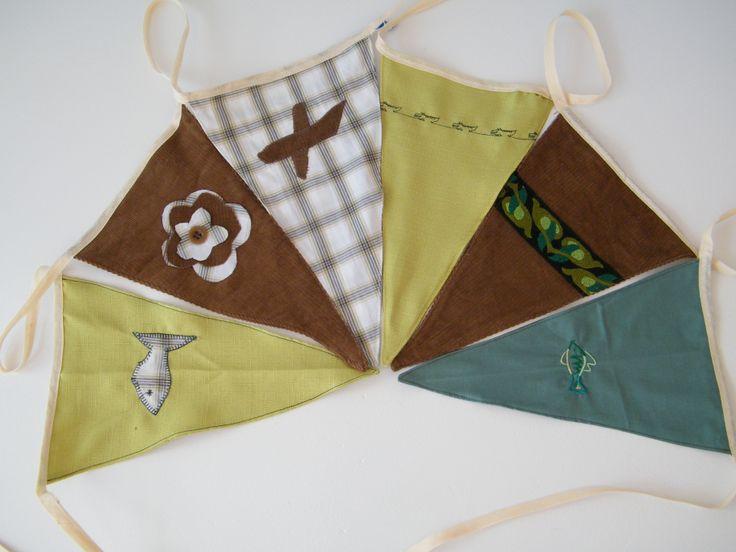 Stoere vlaggenlijn, voor een vrolijke versiering voor de kinderkamer of voor een verjaardag. Met vliegtuig, vis, bloem, krokodillen. In de kleuren bruin, groen, wit.