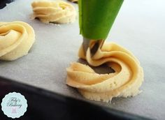 I biscotti di pasta frolla montata o Sablès à la poche è un composto usato nella pasticceria francese per creare biscotti da thè o caffè, sono friabili e morbidi e molto molto chic! Il composto è facile da preparare, con un pò di fantasia si posso creare tantissime varianti.