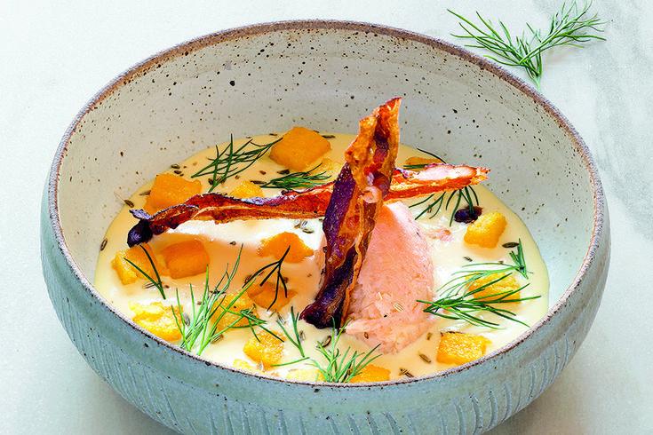 Salmone mantecato con vellutata ai semi di finocchio, cubi di polenta e bacon