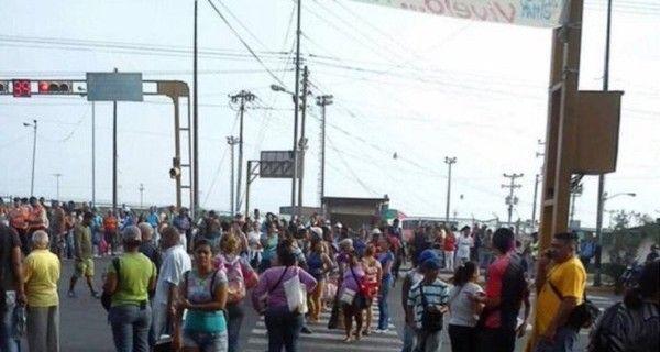 Habitantes de Vargas trancaron la vía principal de ese estado a la altura de Calle Nueva en la parroquia Carlos Soublette en horas de la mañana de este mar
