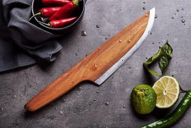 La société allemande Lignum vient de développer un couteau composé à 97% de bois et à 3% d'acier carbone. Ce concept permet à la société de produire jusqu'à trente fois plus de couteaux avec la même quantité d'acier utilisé pour faire des lames traditionnelles. Skid est donc un couteau écologique et durable, sa fabrication est faite à 95% de matières premières renouvelables. Le manche est taillé à partir d'un seul bloc d'acacia provenant de forêts en Allemagne. Ce bois dur est l'un des...