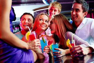 Rencontrer des jeunes hommes célibataires locaux et des femmes qui recherchent des amis pour faire un peu d'amusement et de divertissement pour ce soir.
