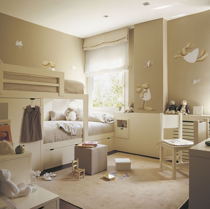 Habitación infantil con litera tipo tren, zona de juegos y escritorio