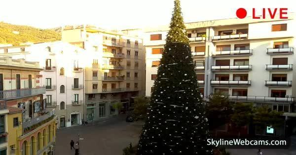 Veduta su Piazza Portanova, luogo di movida e teatro di Luci d'Artista e delle luminarie natalizie