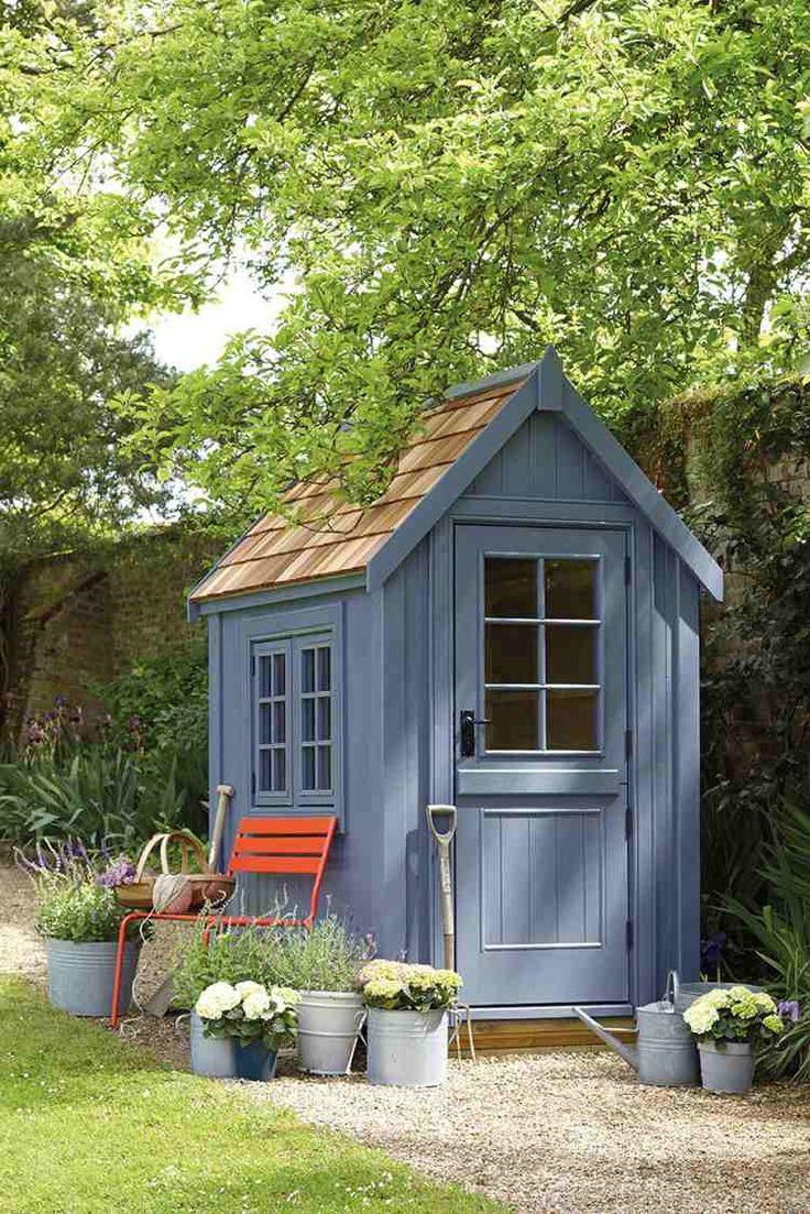 small garden summerhouse | petit abri de jardin gris pour y garder les outils de jardinage