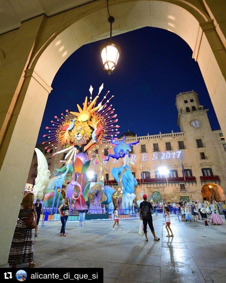Plaza del Ayuntamiento de #Alicante durante las fiestas de Hogueras de San Juan. Vista de la Hoguera Oficial 'Bajo el mismo sol' del artista Pedro Espadero. Foto: @alicante_di_que_si en Instagram #Fogueres2017 #Alicante #AlicanteCity #CostaBlanca