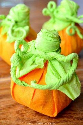 Voici comment réaliser des sacs à bonbons en forme de citrouilles pour Halloween. Offrez-les à vos petits invités ou aux gourmands qui frapperont à votre porte. C'est aussi un petit cadeau sympathique pour les maitresses, collègues, amis ...