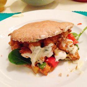 Tijd: 20 minuten De ingrediënten voor 1 persoon: 250 g kipfilet 2 volkoren pita's handje verse spinazie 1 tomaat 1 kleine witte u...