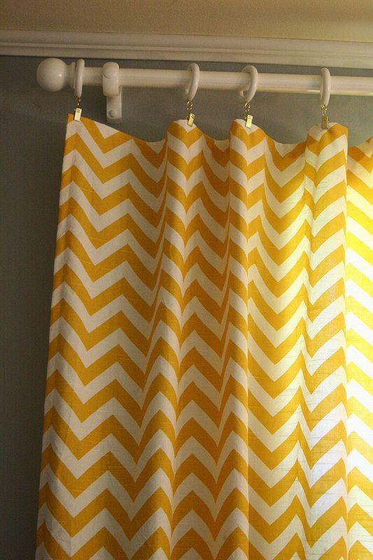 gele gordijnen, grijze muur/vloer
