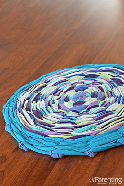 Step by step tutorial hula hoop rug - so cool. Perfect up cycle craft for tween and teens. Reuse old t-shirts and make them into usable art.