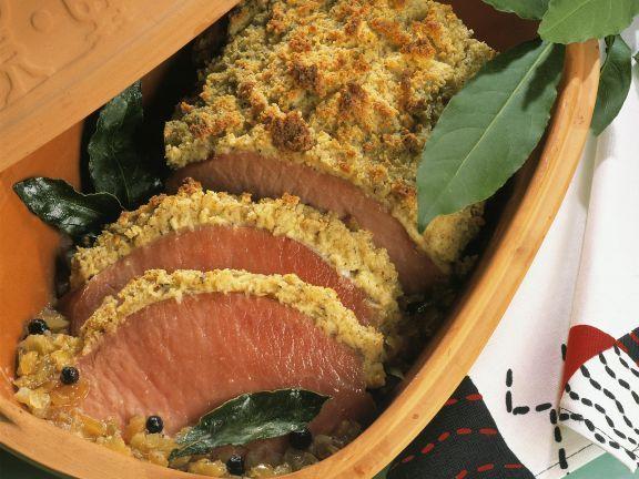 Kassler mit Kräuter-Haube im Römertopf ist ein Rezept mit frischen Zutaten aus der Kategorie Schwein. Probieren Sie dieses und weitere Rezepte von EAT SMARTER!