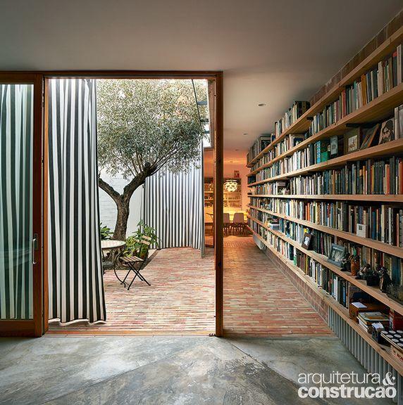 Elementos tradicionais da arquitetura rural do país, como os jardins internos e o uso de materiais simples, aparecem na morada localizada em Valência