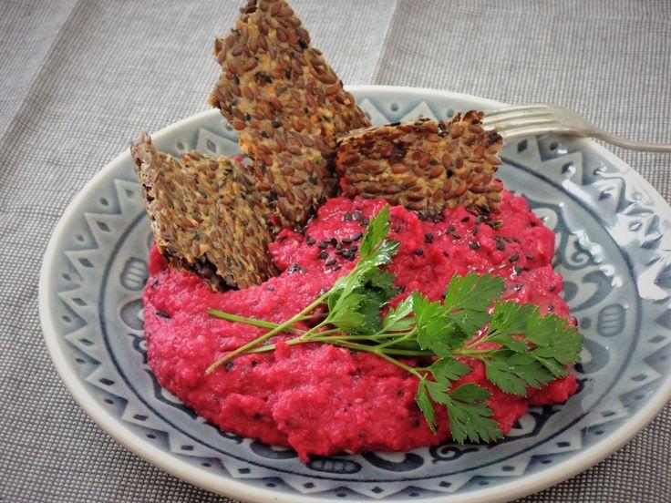 Křupavé lněné krekry s tataráčkem z červené řepy jsou bezvadnou večeří pro letní dny.