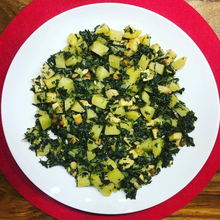 Hier mein #Grünkohlgericht von gestern Abend😋😋😋Räuchertofu hat dem Ganzen eine deftige Note verliehen. Ein wundervolles veganes Rezept, welches ich von der Seite chefkoch.de habe. Allerdings recht Zeitinteniv, so dass ich erst recht spät essen konnte. Dafür war es wirklich ausgezeichnet! Und nun ratet Mal, was eben gerade zum #Mittag gab😅 #leckerschmecker #grünkohl #gesund #essen #lecker #speisen #gesundeernährung #veganes #rezept #eatclean #eathealthy #cookhealthy #eatconsciously…