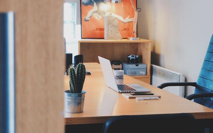 Meja kantor yang rapi akan membuat penggunanya semakin semangat bekerja. Selain itu juga bisa menjauhkan kita dari rasa bosan.  #mejakantor #kantor #interiorkantor