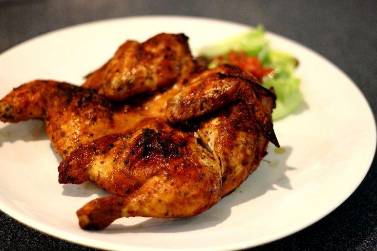Курица Пири-Пири 8 кур. бедер или 4 филе; 2 ч.л. перца чили; 2 зубч. чеснока, мелко нарезать; 1 ч.л. орегано; 1 ч.л. паприки; 1/4 чашки ябл. уксуса; сок пол. лайма; сок пол. лимона; мор. соль и ч. перец; Смешайте уксус, перец чили, сок лим., паприку, чесн. и орегано в миске; Положите курицу в маринад;Накройте миску пищевой пленкой и оставьте в холодильнике на 4 часа; Достаньте курицу из маринада, посолите и поперчите по вкусу;Обжарьте на гриле или на сковороде до готовности