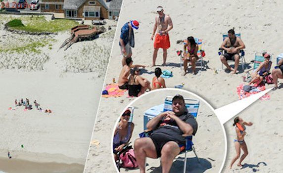 """Známý politik se """"vyvalil"""" na pláži, kam zatrhl vstup. Lidé zuří, on se směje"""
