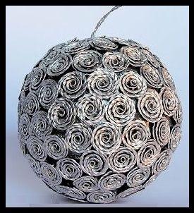 cette boule est faite avec une boule polystyrène recouverte de fleurs faites avec des capsules nespresso (ball nespresso)