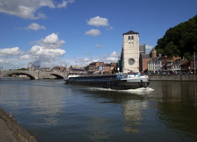 Coule la Meuse à Huy (Belgique)