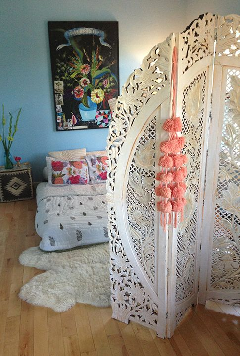 Boho screen to die for! I <3 it, I want it!! Love the dark flower painting with all the light colors. His would be great the getting dressed since I share a room with my sister