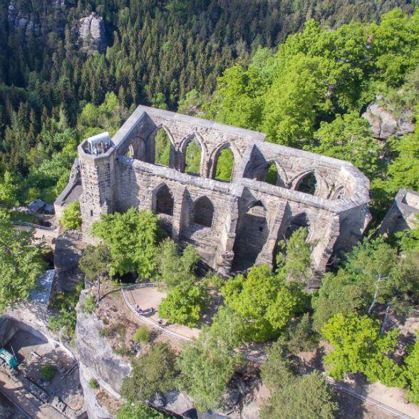 Alte Gemäuer und Ruinen faszinieren dich total? Dann geht für dich kein Weg an Kloster Oybin vorbei.