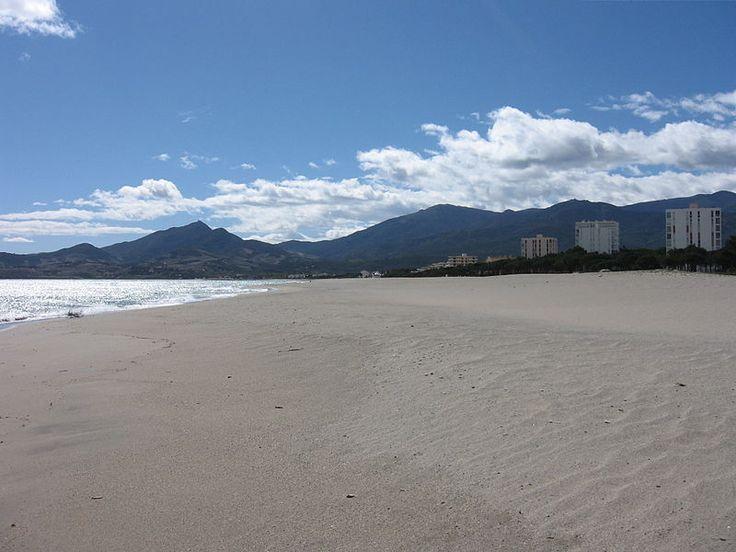 Argelès-sur-Mer, une plage de 7 kilomètres avec eaux claires et une vue sur le massif des Albères... Photo Wikipedia/Michiel1972