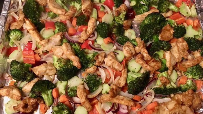 Wat zullen we eens eten vanavond? Iedere dag in de Volkskrant een verrassend recept. Vandaag: traybake met broccoli en kip (hoofdgerecht voor 3 tot 4