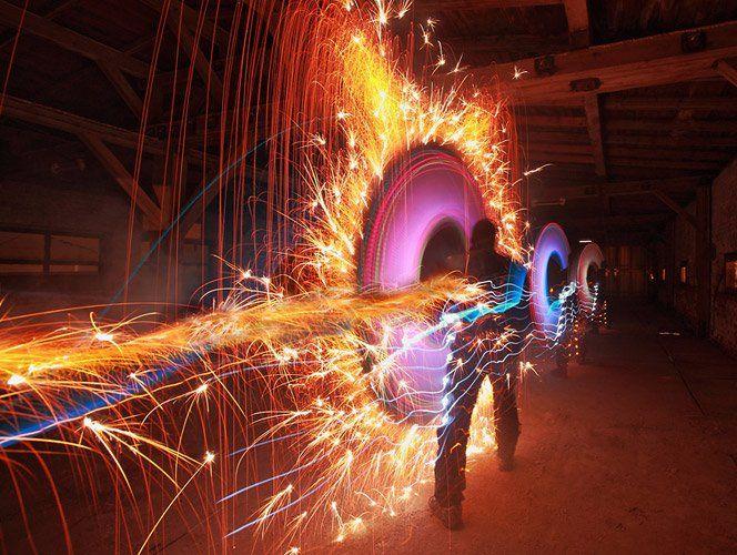 O coletivoLAPP-PROfaz performances fotográficas com light painting usando materiais inovadores como fogos de artifício.