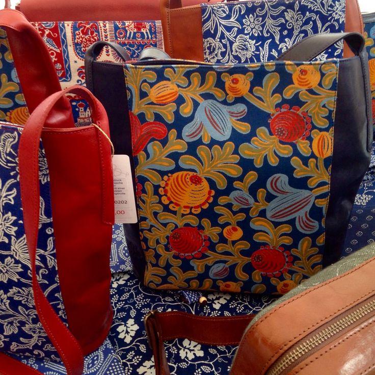 a9cf99937b64f Find this Pin and more on Dilians Handtaschen handbedruckt mit  Blumenmotiven by Dilians Handtaschen und mehr aus Blaudruck.