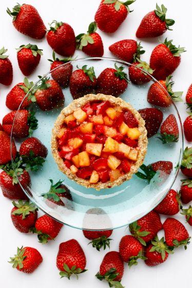 Karita Tykkä Raakaa ja makeaa -kirja, Ananas-mansikkakakku, photographer: Ulla-Maija Lähteenmäki, #raakaruoka #rawfood #fruits #strawberries