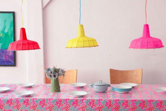 Du fluo en suspension...Lampes atelier en bambou et en soie fabriquées et peintes à la main - Petit Pan.
