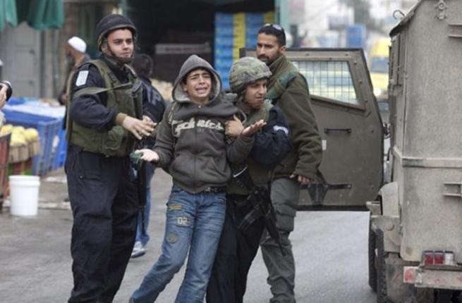 """Lebih dari 350 anak Palestina di bawah umur saat ini ditahan di penjara-penjara """"Israel""""  PALESTINA (Arrahmah.com) - Sedikitnya ada 350 anak-anak Palestina yang saat ini mendekam di penjara-penjara """"Israel"""" ungkap sebuah LSM Palestina pada Sabtu (19/11/2016).  """"Pemerintah 'Israel' menahan 350 anak-anak Palestina berusia antara 12 dan 18"""" jelas Himpunan Tahanan Palestina dalam sebuah pernyataan pada kesempatan Hari Anak Sedunia PBB.  Dikatakan bahwa dua belas wanita ada di antara anak-anak…"""