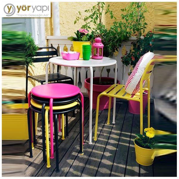 Eğer balkonunuz küçükse canlı renkler kullanarak dekore etmeniz göz yanılgısı oluşturur ve balkonunuz olduğundan daha büyük gözükür. #decoration #balcony #patio #balkon #bahçe #dekorasyon #decorationideas #dekorasyonfikirleri #design #dizayn #colorful #rekli #homosweethome #evimevimgüzelevim