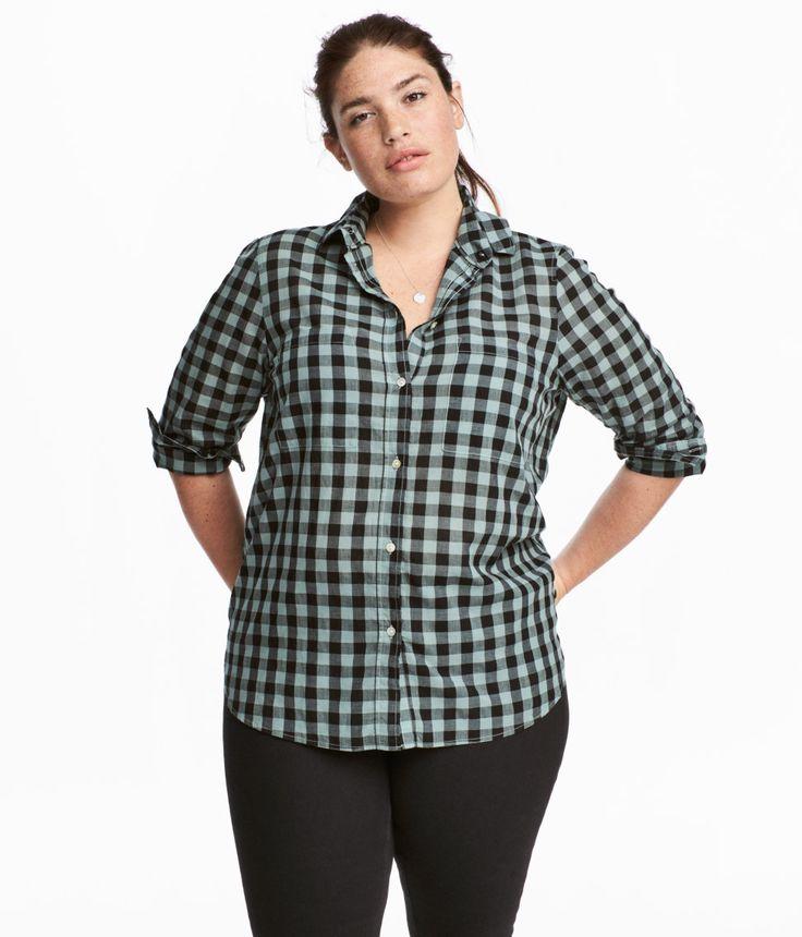 Sjekk ut dette! En skjorte i luftig, vevd bomullskvalitet. Skjorten har krage, knapping foran og brystlommer. Lange ermer med mansjett og knapping. Bærestykkeskjæring i ryggen med fold. Avrundet kant nederst med et noe lengre bakstykke. - Besøk hm.com for å se mer.