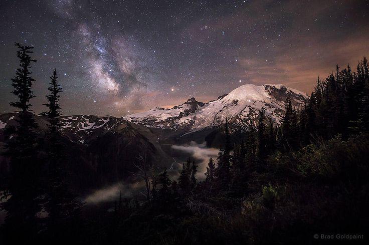 На фотографии «Тени лунного света» Брэда Голдпейнта изображена гора Рейнир в Вашингтоне, а над ней — Млечный путь. Снимок, сделанный в июле 2014 года, занял второе место в категории «Красота ночного неба».
