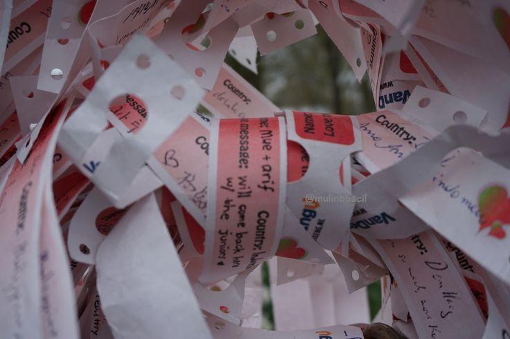 Satu spot di Keukenhof yang temanya bukan bebungaan. And those love messages are over the world.