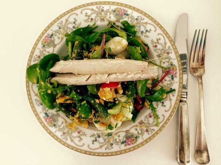 blokjes zoete aardappel en sperziebonen even stomen. In een grote saladekom deed ik: Een zakje gemengde sla, grof gehakte gekookte eieren, blokjes avocado, bleekselderij stukjes, verschillende verse kruiden geknipt van mijn kruidenplantjes (basilicum, peterselie, bieslook en broccoli cress). Daarbij de afgekoelde gestoomde groenten gedaan. Scheutje olijfolie erbij en even omscheppen. Op bord lekker gestoomde makreel erbij en smullen maar!