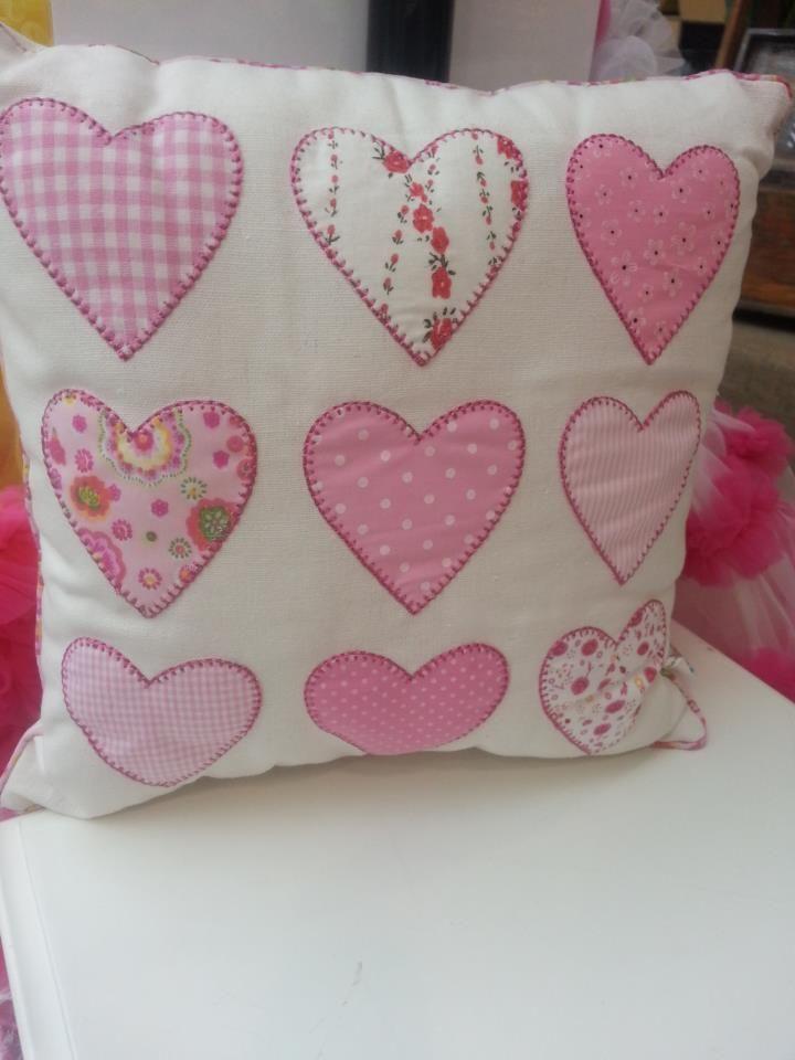 Cojín de corazones de patchwork en telas de distintos estampados rosas. Heart cushion