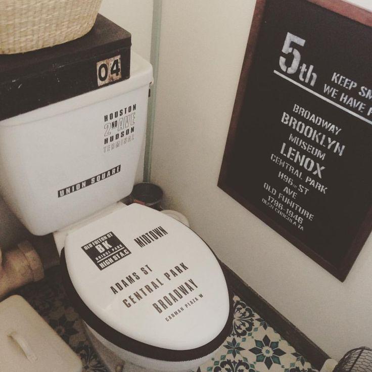 いいね!33件、コメント17件 ― akiko takedaさん(@decochocola_ta)のInstagramアカウント: 「トイレのタンクとフタにセリアのステッカー貼ってみた。 床も黒に変えようかな〜o(^▽^)o #セリア #ウォールステッカー #ブルックリン風 #トイレ #リメイク」