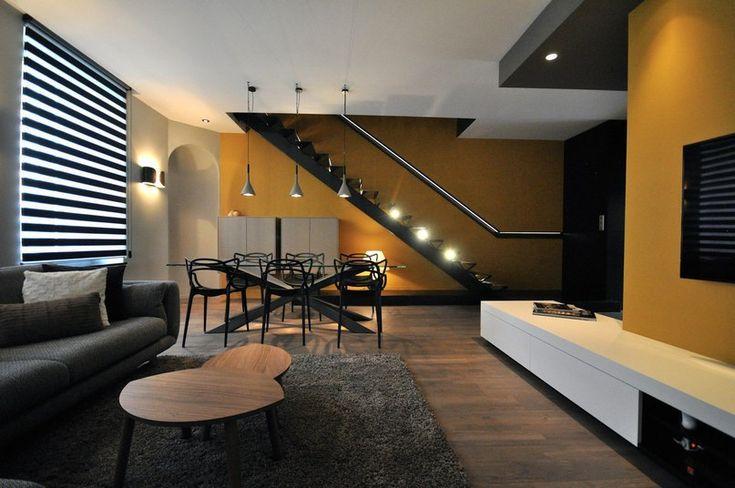 Двухуровневая резиденция площадью 150 кв. метров образована двумя совмещёнными квартирами. На первом этаже дуплекса спроектирована дневная зона, а наверху расположены три спальни, ванная комната, кабинет, гардеробная и постирочная. Особое внимание уделено крас�