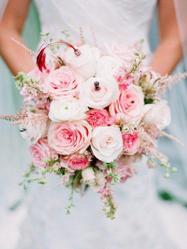 bouquet de mariée de roses en blanc et rose pâle avec bijoux