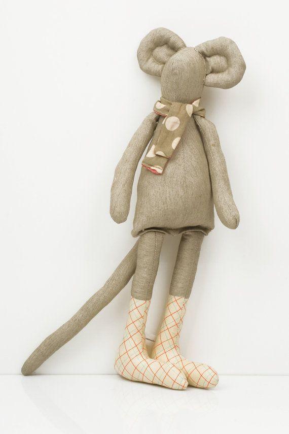 Deze pluche stad muis pop is onderdeel van: TIMO-HANDGEMAAKTE collectie; een kleine ontwerp lijn, allemaal handgemaakt. Genaaid met oog voor detail en een touch voor weefsel. Handgemaakte is, elk item een van een soort.  De poppen van de muis zijn moderne nog klassieke pluche minimalistische kunst poppen. Zij omvatten een muis stad en een land muis, onder anderen.  De poppen van de muizen komen in verschillende huidtinten en geslachten, en zijn kindvriendelijk & ecologisch vriendelijk.  Ze…